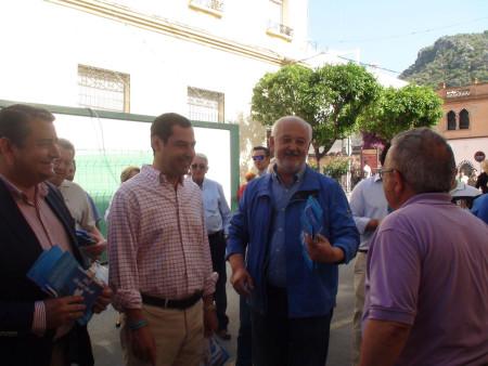 Juan Manuel Moreno y Antonio Sanz, con Manuel Toro, en la avenida de España.