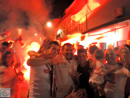 Socios de la Peña Sevillista celebran el triunfo de su equipo a las puertas de la sede de la entidad.