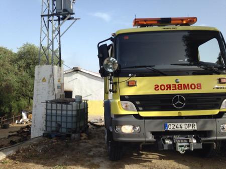 Un camión de bomberos, junto al almacén siniestrado.