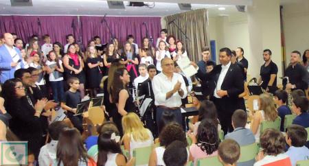Aplausos a Serafín Maza y Juan Antonio Aibar, autores del Himno del colegio Fernando Gavilán, interpretado por la Asociación MúsicoCultural Cantus Libero.