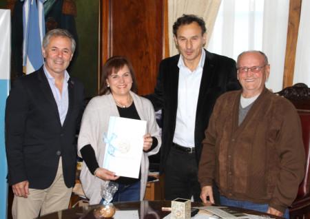 María del Pilar Gil Hernández, con el decreto de reconocimiento, junto con Carlos Santos Valle, Pablo Bruera y José Ortega Romero.