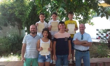 El alumno premiado, junto con otros finalistas y dos profesores.El alumno premiado, junto con otros finalistas y dos profesores.