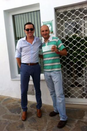 El presidente de la Peña Sevillista, Juan Luis Río, entrega el premio al colaborador Sebastián Espinosa.