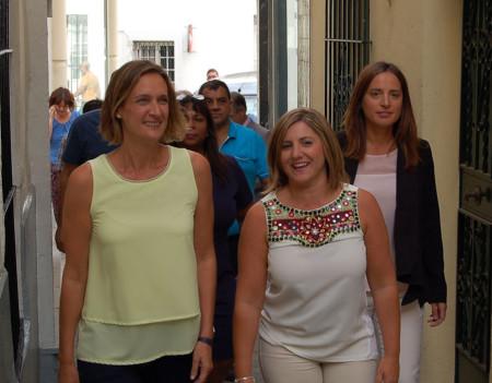 La alcaldesa, Isabel Gómez, y la presidenta de la Diputación, Irene García, se dirigen al local de la Asociación de Vecinos Plaza de la Verdura y Casco Antiguo.