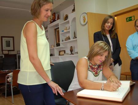 La presidenta de la Dipuación firma en el libro de honor del Ayuntamiento, en presencia de la alcaldesa.