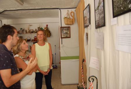 Irene García e Isabel Gómez, con David Bulpe en su exposición de fotografías.