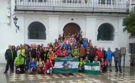Senderistas de Ubrique y Algeciras, en la Plaza del Ayuntamiento.