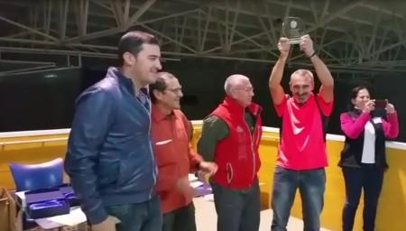 Pedro Benítez alza la copa del club campeón.