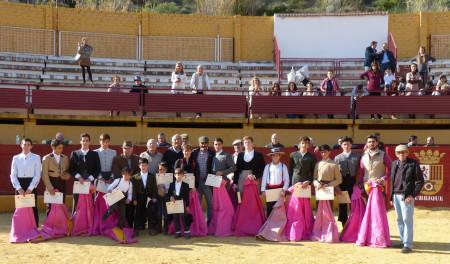 Alumnos de la Escuela taurina, con sus diplomas, y directivos.
