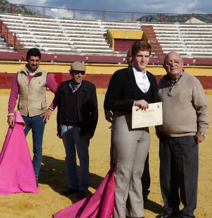 Entrega de la mención especial al alumno Martín Morales.