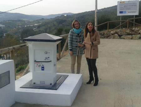 Isabel Gómez y Ana Carrera, en el área de servicios para autocaravanas.