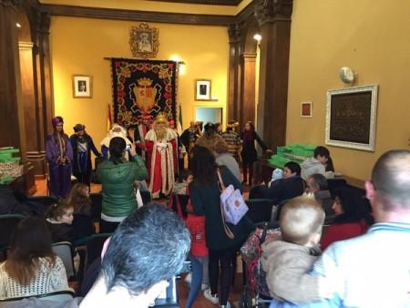 La comitiva, en el salón de plenos (Foto: Facebook de ISabel Gómez).