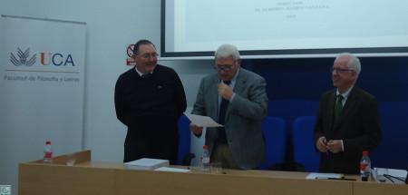 El presidente del tribunal, José LEonardo Ruiz Sánchez, da cuenta de la máxima calificación otorgada a la tesis doctoral de Antonio Morales Benítez.