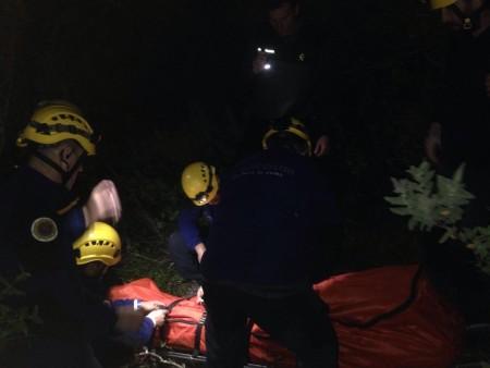 Rescate del cadáver delparapentista alemán por los bomberos del Grupo de Montaña de Ubrique.