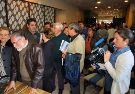 Público asistente, en cola para solicitar la firma del autor.