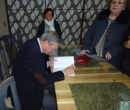 El autor, durante la firma de ejemplares.