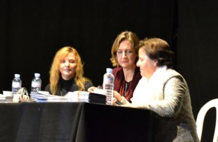 Pepa López Sevilla, sobrina nieta de la presidenta de Renacer; la alcaldesa, Isabel Gómez García; y Mercedes Ríos Moreno, del Área de la Mujer de IU.