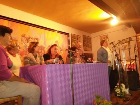 La filóloga filóloga ubriqueña, Ana Eugenia Venegas Moreno, entre la alcaldesa, Isabel Gómez, y la representante de Nushu, Ana Rodríguez, con Pepa Pérez en la presentación de las autoras de las poesías.