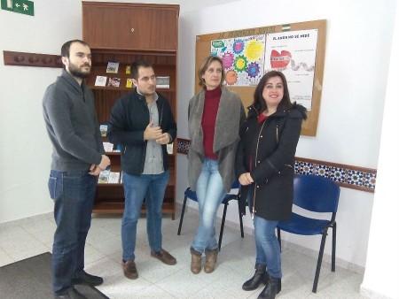 El director del Instituto Andaluz de la Juventud, Francisco Pizarro, con la alcaldesa, Isabel Gómez, la coordinadora provincial del IAJ, Mila Gordillo, y el concejal Antonio Martel.