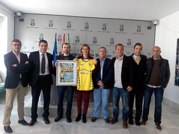 La alcaldesa, el concejal de Deportes y representantes de la Fundación del Cádiz CF.