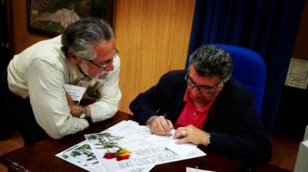 El escritor Luis Antonio García Bravo dedica un ejemplar de su libro a José García Solano, coordinador local de IU.