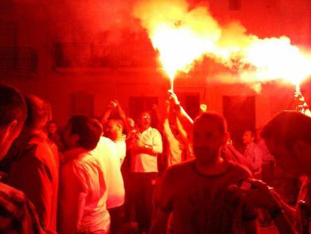 Bengalas rojas tras el triunfo del Sevilla FC.