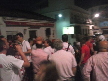 Seguimiento del partido a través de la pantalla colocada en la calle.