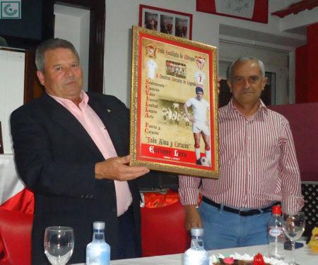 El directivo Miguel Bautista entrega un cuadro de recuerdo a Enrique Lora.