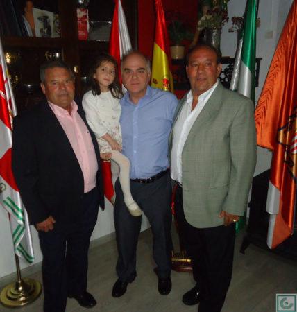 El directivo Fernando Sígler, con Lora y Samjosé.