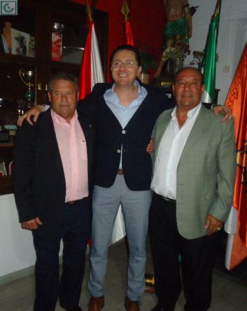 El directivo Juan Luis Ríos, con Lora y Sanjosé.