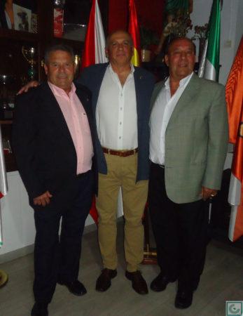El presidente de la Peña Sevillista, Manuel Sígler, con Lora y Sanjosé.