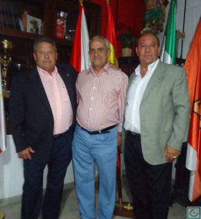 El directivo Miguel Bautista, con Lora y Sanjosé.