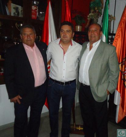 El directivo Francisco Pérez Léon, con Lora y Sanjosé.