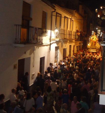 La procesión, por el casco antiguo.
