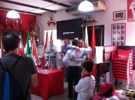 El presidente del Comité de Fútbol Sala, Daniel Villanueva, recibe un cuadro del catel enmarcado de manos del directivo Marcos Orellana.
