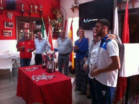 El presidente del comité de Fútbol Sala, Daniel Villanueva, entrega el trofeo de mejor jugaddor a Francisco Javier Domínguez García, del Zulema.