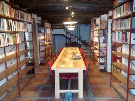 Biblioteca y sala de lectura.