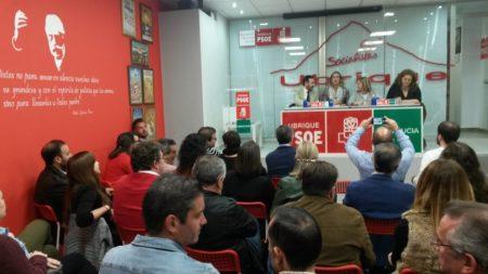 Asistentes a la reunión en la sede del PSOE de Ubrique.