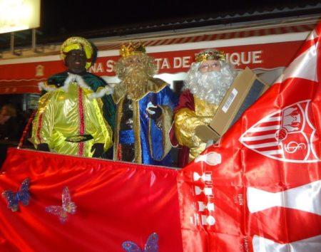 Los Reyes Magos, al llegar a la sede de la Peña.