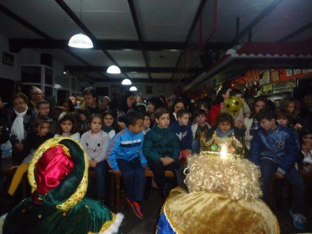 Socios infantiles de la Peña, a la espera de recibir sus regalos.