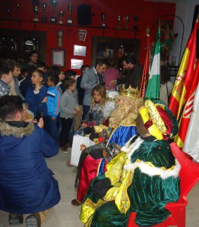 Los Reyes Magos reparten regalos a los casi cien socios infantiles de la Peña Sevillista de Ubrique.