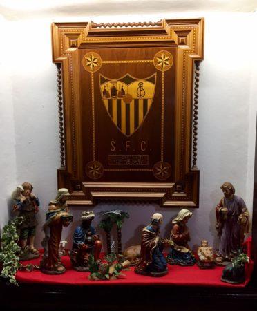 Portal de Belén bajo el escudo del Sevilla FC.
