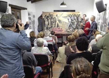La Casa de la Memoria, en su primer aniversario, homenajeó a los supervivientes de La Sauceda y Agüera donó un cuadro