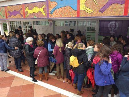 Unas 150 mujeres se concentraron en el IES Maestro Francisco Fatou por la huelga feminista
