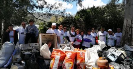 Participantes en la actividad y basura recogida.