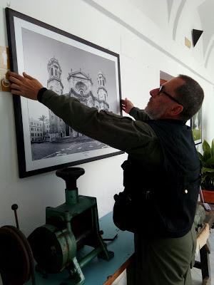 Ángel Pablo cuelga una de las obras de la muestra (Foto: Paco Solano).