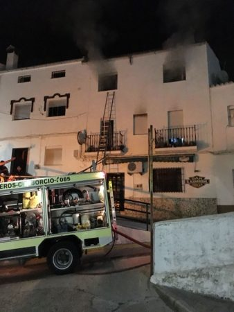Rescatado un matrimonio que había quedado atrapado en su vivienda tras un incendio