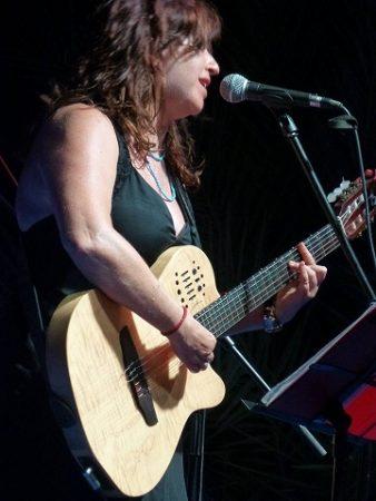 La cantante y compositora Carmen Morales, de La Buena Mujer, graba un disco en directo en un concierto en Cádiz el jueves 30 de agosto