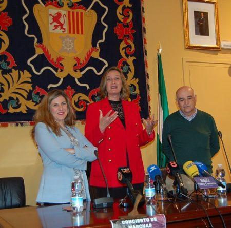 La alcaldesa, entre la presidenta de la Diputación y el director de la Banda Municipal de Música.