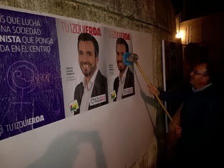 IU inicia la campaña electoral en Ubrique con una pegada de carteles con la figura del coordinador federal, Alberto Garzón